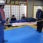 毛布による担架の作り方