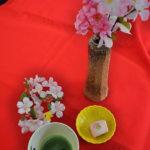 和菓子には抹茶と飾りを添えて