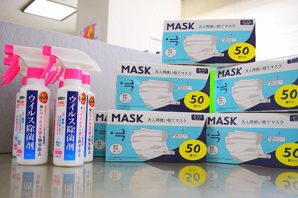 寄贈いただいたマスクとウイルス除去剤。ありがとうございます