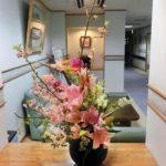 華やかな生け花で玄関を明るく
